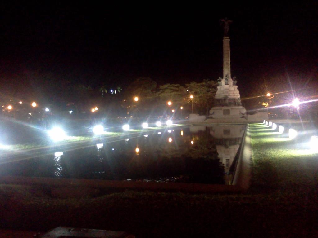 Foto 02: Praça na Urca, à noite.
